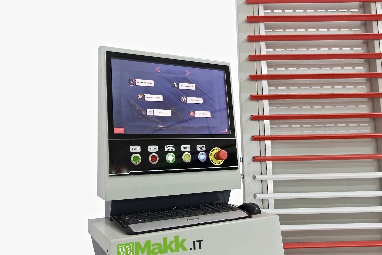 Panneau de configuration avec PC et logiciel pour l'optimisation des coupes des panneaux