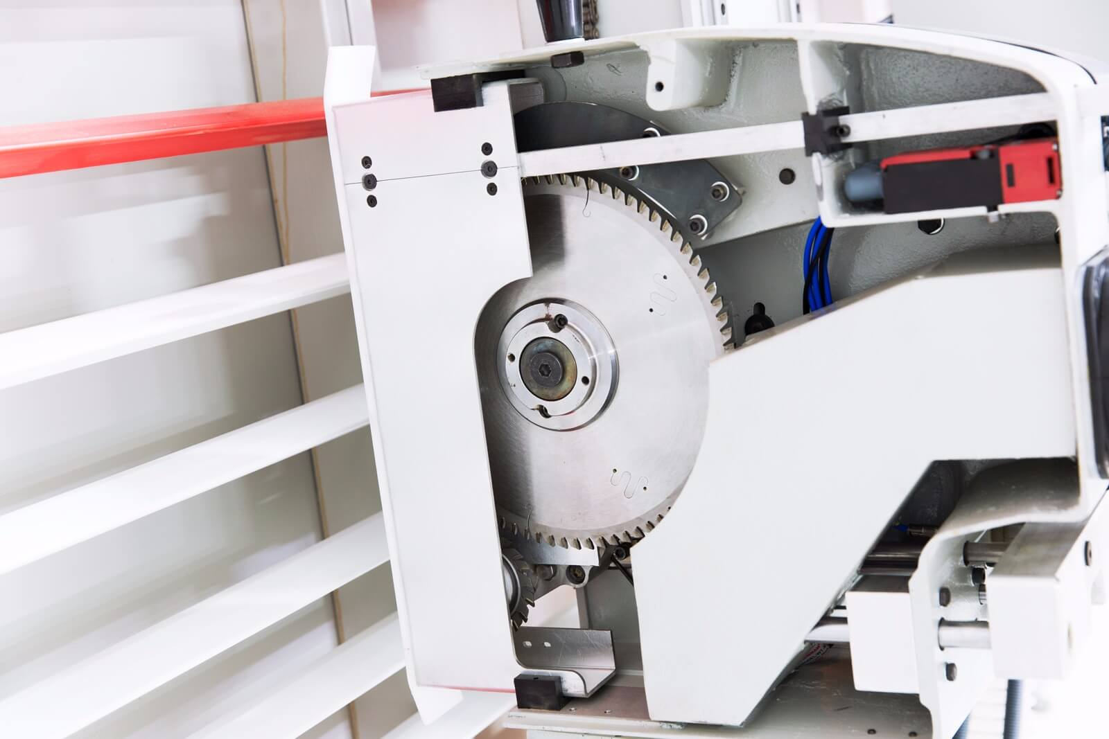 Circular cutting unit with scoring unit